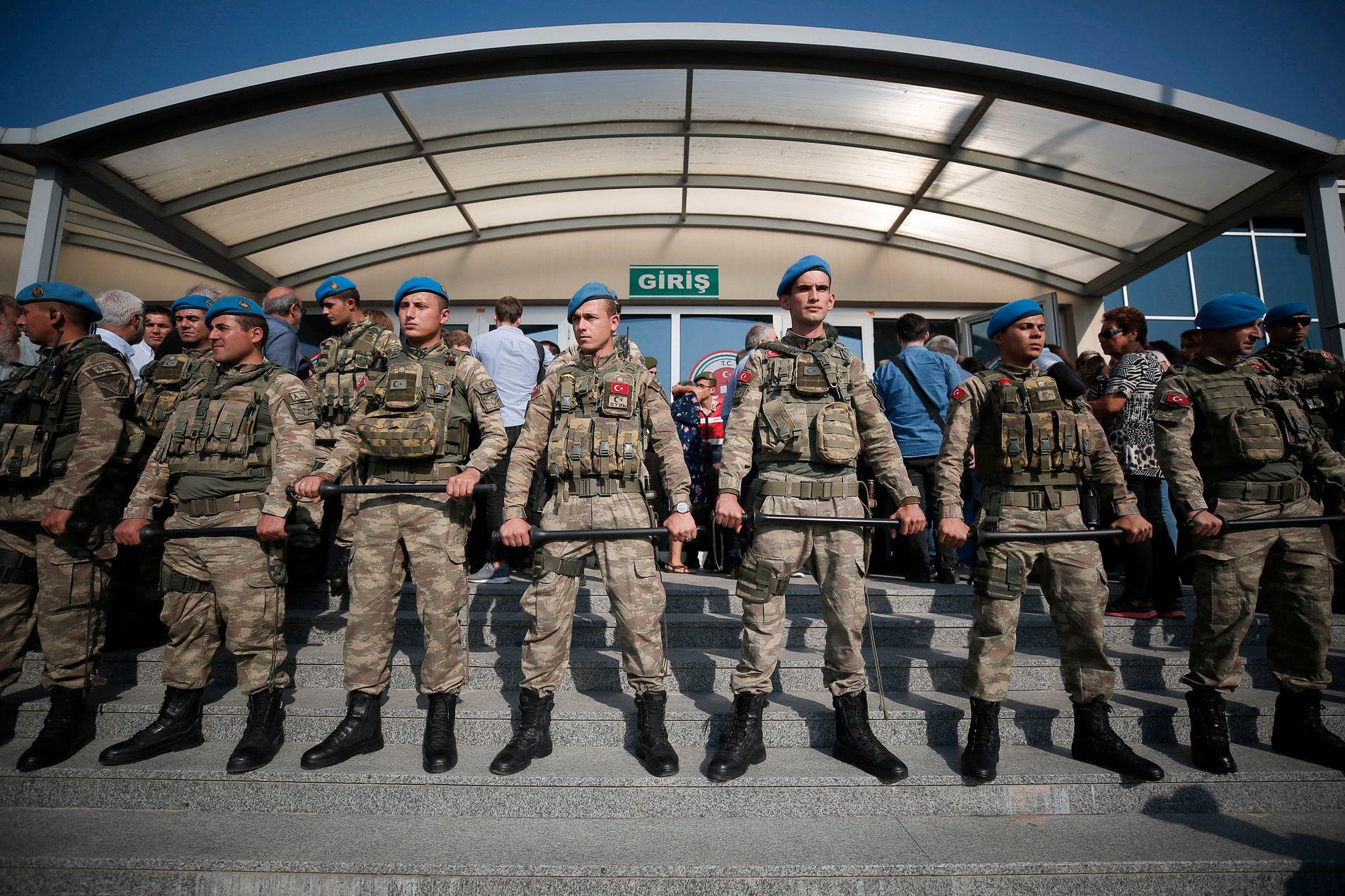 MEDIA FOR RETTEN: Tyrkiske soldater på vakt foran et rettslokalet i Istanbul i september 2017 da journalister i avisen Cumhuriyet ble stilt for retten.
