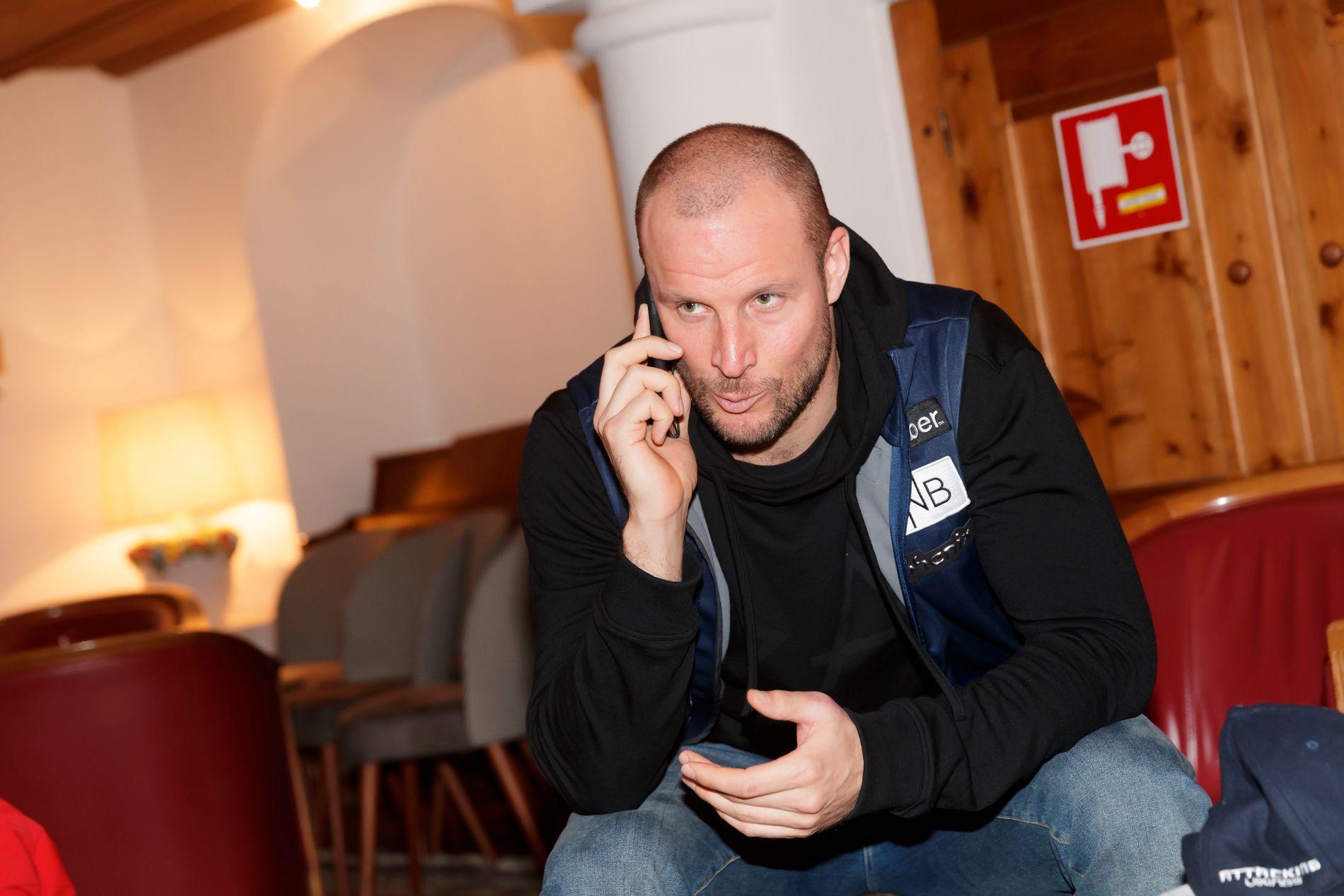 MÅ HA HJELP: Aksel Lund Svindal lytter nå til råd fra andre om han skal kjøre eller ikke i helgen. Her er han på utøvernes hotell i sentrum.