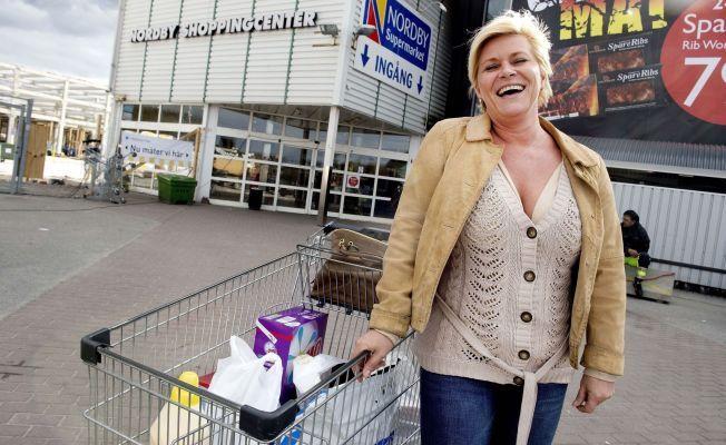POSERER: Frp-leder Siv Jensen stilte velvillig opp for VG-fotografen da hun var på handletur på Nordby kjøpesenter i Sverige i april 2012. I handlevognen har Frp-lederen flere avgiftsfrie plastposer.