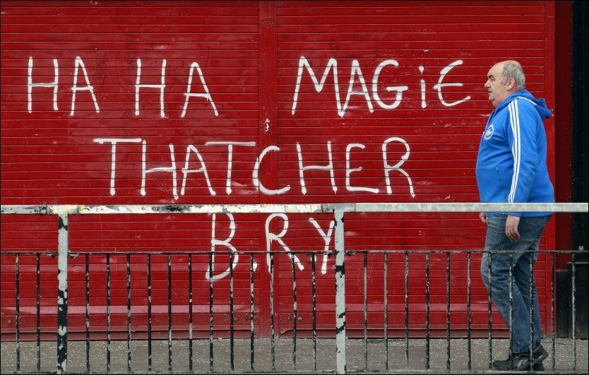 OMSTRIDT SANG: Maggie Thatcher var ikke bare populær. Etter at hun døde mandag, har irske nasjonalister i Nord-Irland malt en rekke nedsettende grafittier om «Jernkvinnen». «Ha Ha Magie Thatcher B.R.Y.» (Bogside Republican Youth) står det på denne stengte butikken i Londonderry. Foto: Cathal McNaughton / Reuters / NTB scanpix