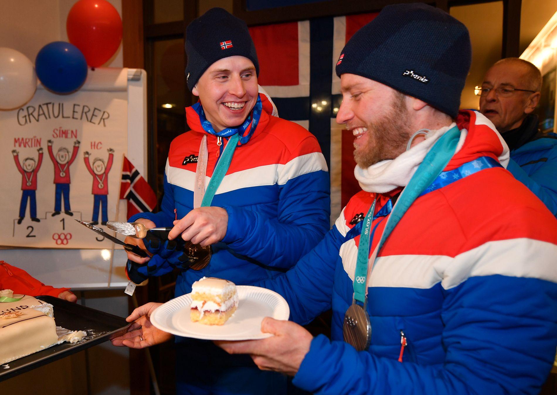 VISER VEI: Simen Hegstad Krüger (t.v.) er ifølge lagkameratene helt rå på trening denne sommeren. Her fra gullfeiring i OL. Krüger vant foran Martin Johnsrud Sundby.