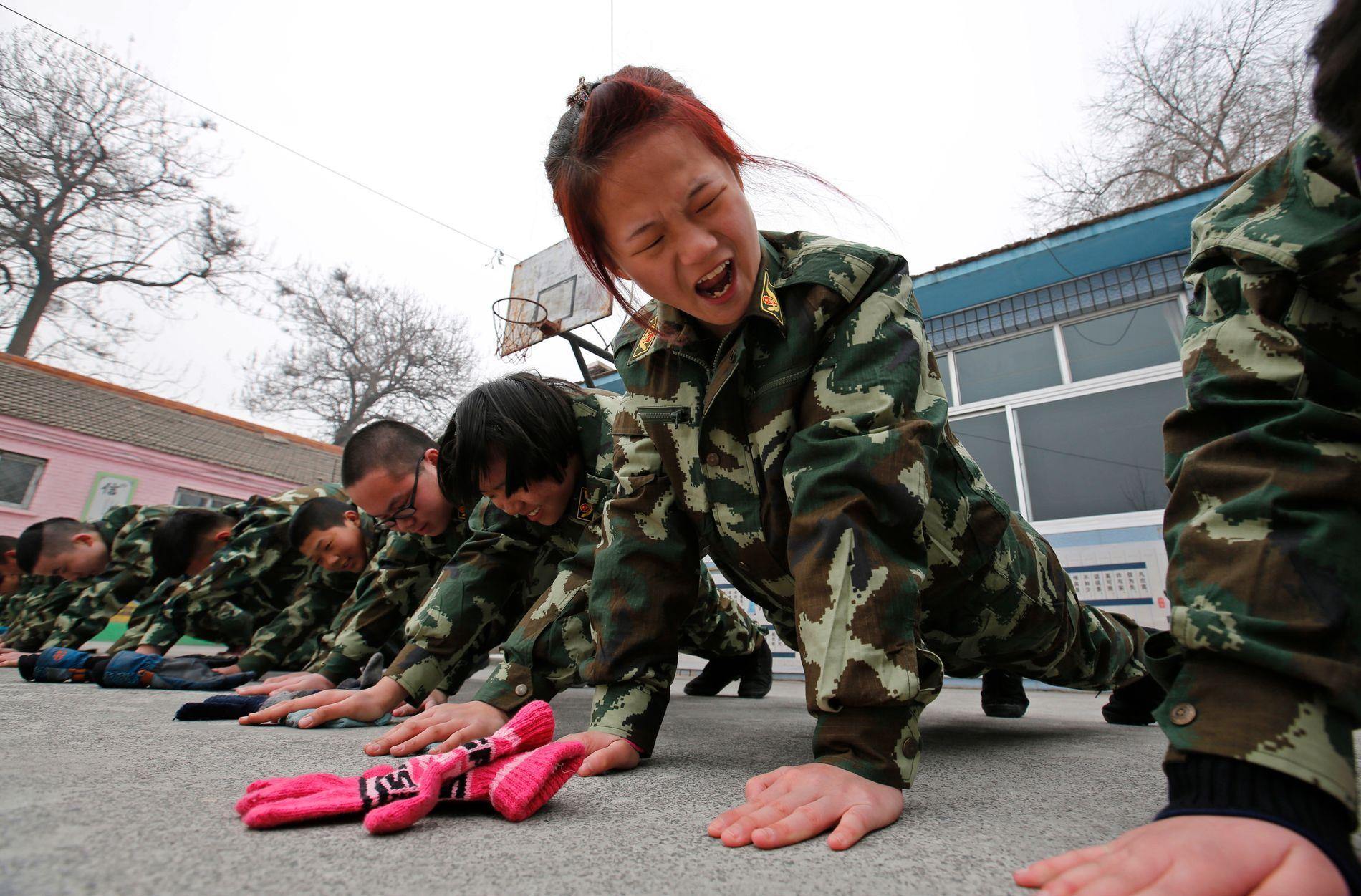BOOT CAMPS: De siste årene har mange  avvenningsteder dukket opp i Kina og Asia, i kampen mot barnas skjermavhengighet. Den militære disiplinen og de røffe behandlingsmetodene er kontroversielle, her får en gruppe barn gruppestraff ved Qide Education Center in Beijing.
