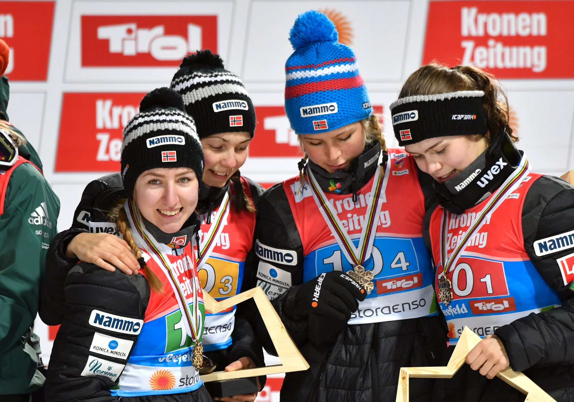 BRONSEJENTENE: Ingebjørg Saglien Bråten, Silje Opseth, Maren Lundby og Anna Odine Strøm studerer VM-bronsen etter laghopp.