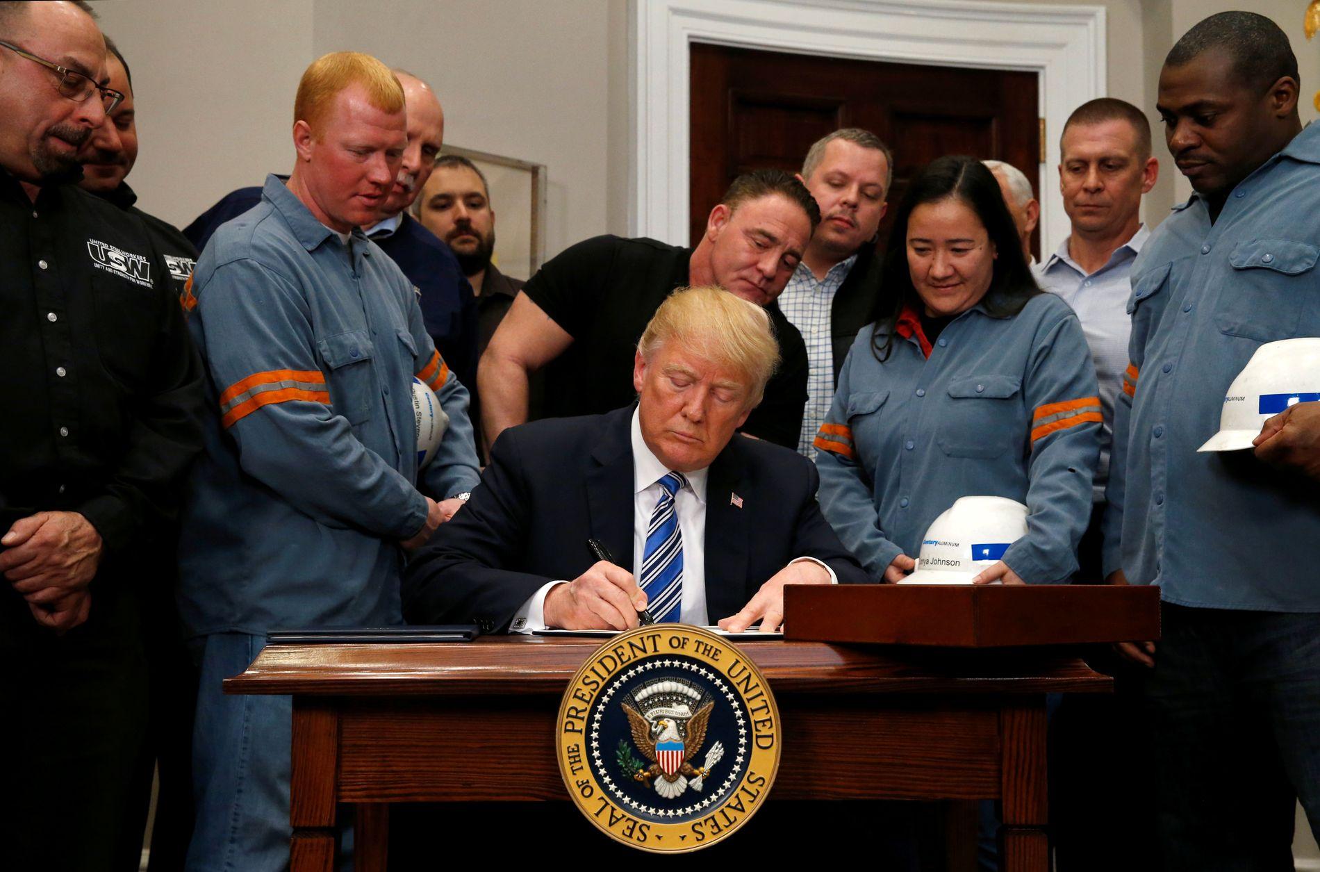 ORDREN: 8.mars undertegnet president Donald Trump dokumentene som innfører toll på import av stål og aluminium.