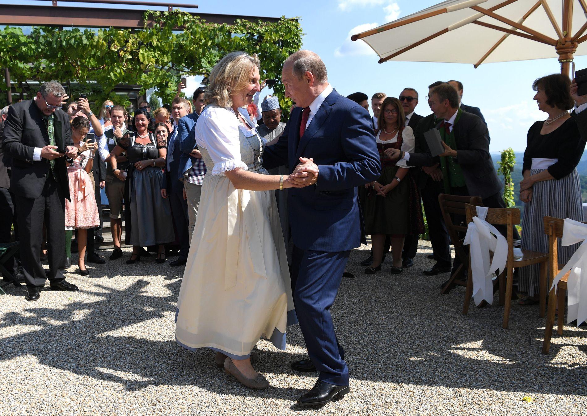 BRUDEVALS: Vladimir Putin ble i fjor sommer invitert i bryllupet til Karin Kneissl, utenriksminister i Sebastian Kurz' sin regjering.