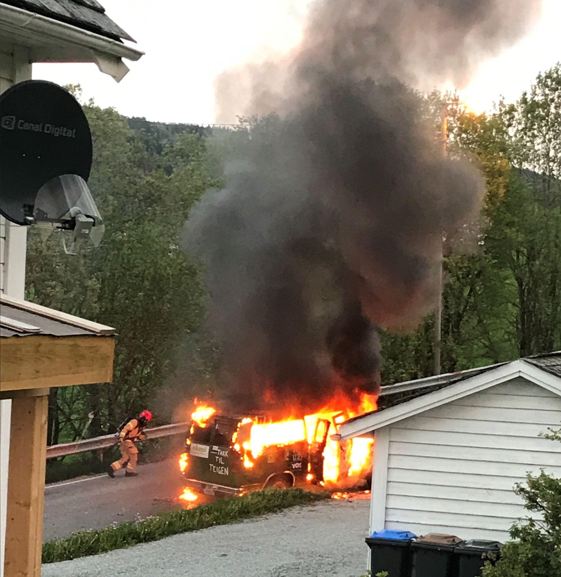 FULL FYR: Da politiet ankom Voss etter melding om brann sent i går kveld, fant de en russebil i full fyr.